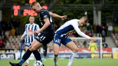 Fenerbahces Attila Szalai och HJK:s Roope Riski kämpar om bollen