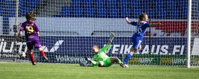 Vilma Hakala gör mål mot Åland United.