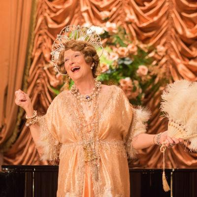 Meryl streep sjunger iklädd glittrande klnning.