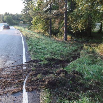 Spåren efter avkörningen på Skärgårdsvägen i Lovisa 10.09.20