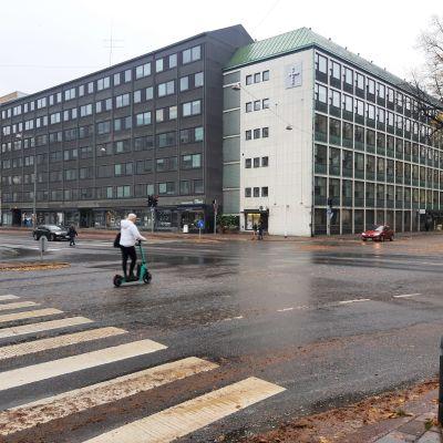 Korsningen mellan Aningaisgatan och Eriksgatan, en elsparkcyklist kör över vägen.