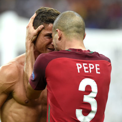 Cristiano Ronaldo och Pepe firar EM-guld.