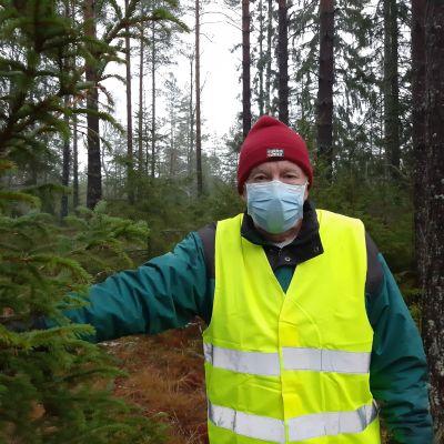 Ralf Sjöqvist bredvid en gran i skogen
