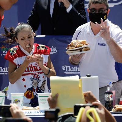 Ätartävling med hot dogs i New York 4.7.2021.