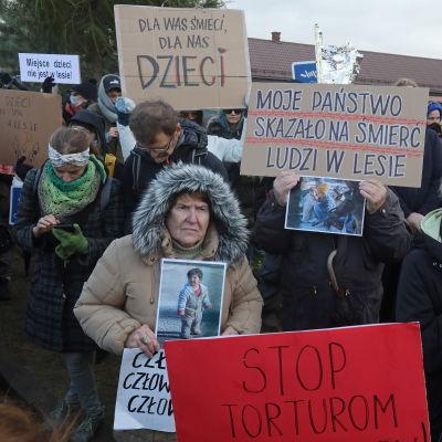 Mammor demonstrerar i staden Michalowo i Polen.