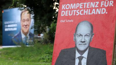 Valaffischer med bilder av Olaf Scholz och Armin Laschet