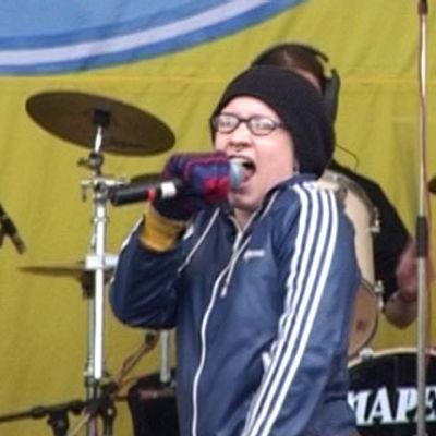 Mariko laulaa Kaisaniemi Popissa 2001