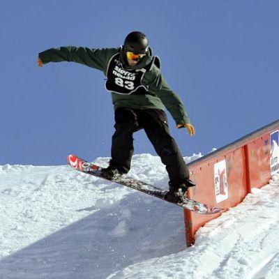 Lumilautailun slopestylelaskija radalla.