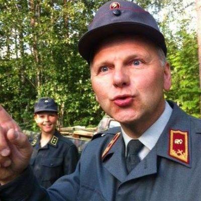 Jari Leppä esiintyi kesällä 2012 kenraalin roolissa Vääpeli Körmy-näytelmässä.