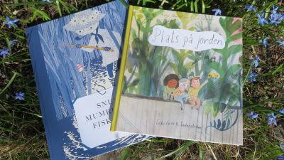 """Bilderböckerna """"Snusmumrikens fiskebok"""" och """"Plats på jorden""""."""
