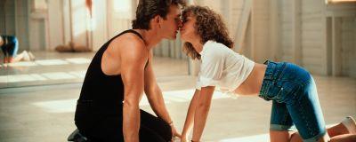 Johnny (Patrick Swayze) och Baby (Jennifer Grey) kysser varandra på dansgolvet.