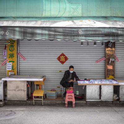 Försäljare i Guangzhou i provinsen Guangdong, Kina 10.2.2020