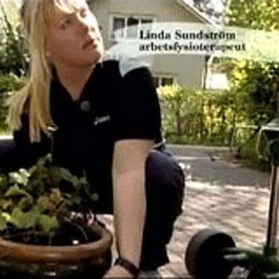 Linda lär hur man lyfter rätt.