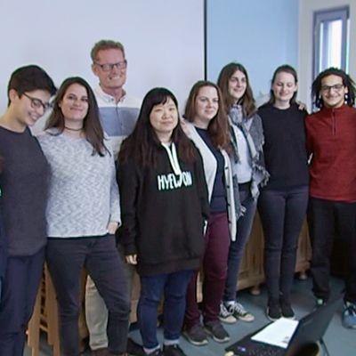 Kymmenen Frontrunners-koulutuksen osanottajaa ryhmäkuvassa.