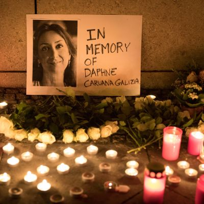 Tända ljus och en bild på den mördade maltesiska journalisten Daphne Caruana Galizia.