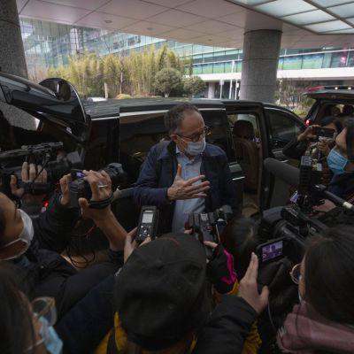 Peter Ben Embarek, WHO:n tutkimusryhmän jäsen, puhui toimittajille Wuhanin lentokentällä keskiviikkona.