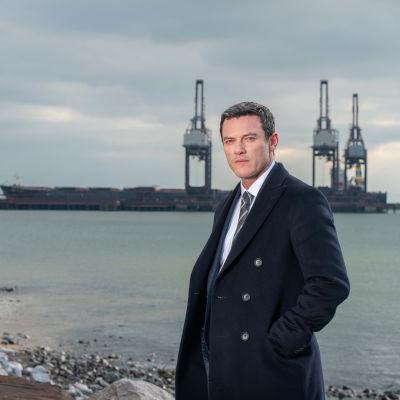 Rikostarkastaja Steve Wilkins (Luke Evans) Pembrokeshiren murhat -sarjassa