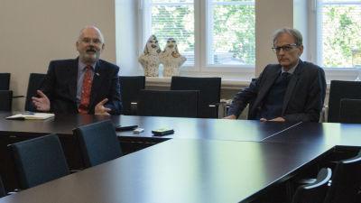 Storbritanniens ambassadör Tom Dodd och försvarsattaché Stephen Boyle (röd slips) på besök i Vasa.