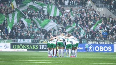 Hammarby-spelare samlas på planen.
