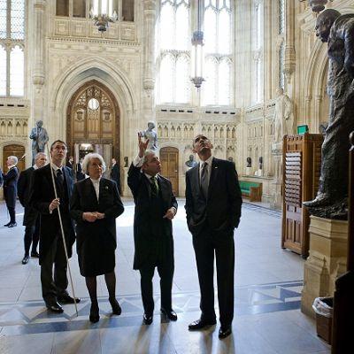Yhdysvaltain presidentille Barack Obamalle esitellään Westminsterin palatsia.