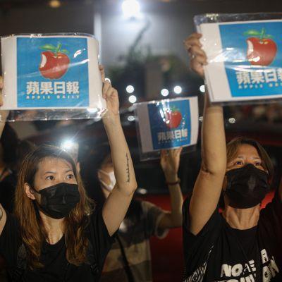 Hongkongin viimeinen riippumaton sanomalehti on lakkautettu - Apple Dailyn viimeistä numeroa jonotettiin läpi yön