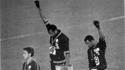 Tommie Smith och John Carlos på prispallen i Mexiko 1968.