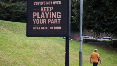 Skylt med varning för att covid-19 inte har försvunnit.