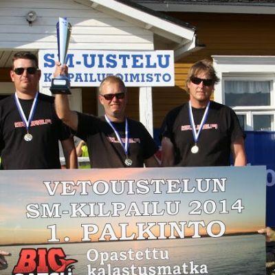 Mika Sorjonen (vas.), Tommi Kinnunen ja Jari lautanen voittivat jo toisen peräkkäisen vetouistelun SM-kullan viikonloppuna Puruvedellä.
