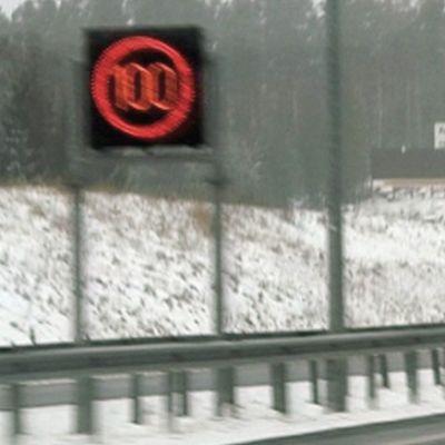 Liikennemerkki loskaisen moottoritien reunassa.