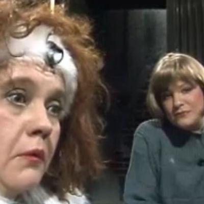 Näyttelijät Irma Junnilainen ja Kristiina Kuningas Suomen hovi -tv-ohjelmassa vuonna 1989.