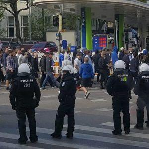 Poliser följer med HJK-anhängare.