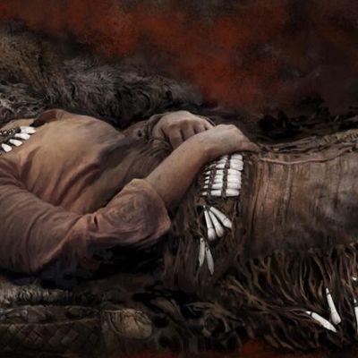 Piirroskuva  naisesta, joka makaa selällään, kädet vatsan päällä. Vaatteissa on paljon hammasriipuksia helmassa ja vyötäröllä. Myös kaulakoruna on hampaita.