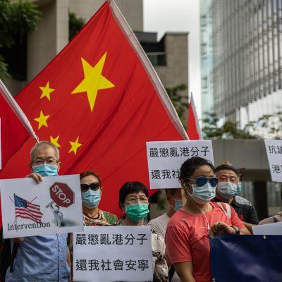 Yhdysvaltojen Hongkongin-suurlähetystön liepeille kokoontuneet mielenosoittajat vaativat, että Yhdysvallat lakkaa puuttumasta Kiinan sisäisiin asoihin. Kuva 26. kesäkuuta 2020.