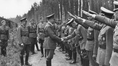 Adolf Hitler hälsas med nazihälsning på Mannerheims 75-årsdag den 4 juni 1942.