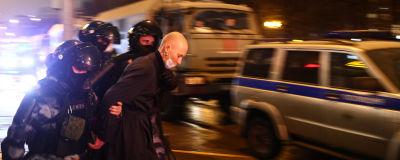 Poliser gripen en demonstrant i Moskva.