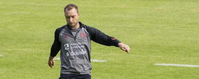 Danmarks Christian Eriksen sparkar boll under ett träningspass.