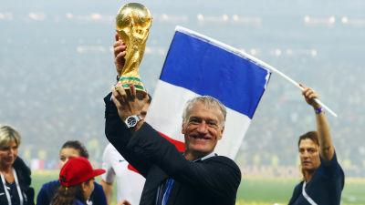 Didier Deschamps håller upp VM-pokalen