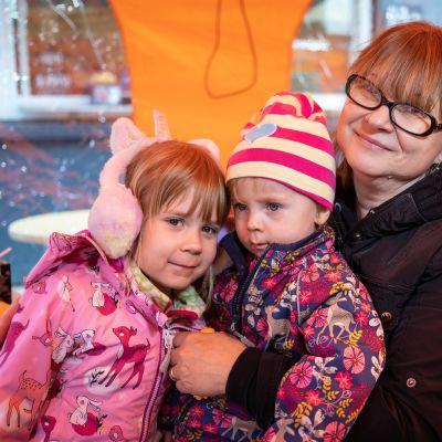 Minna Aalto lapsenlastensa kanssa torikahviossa