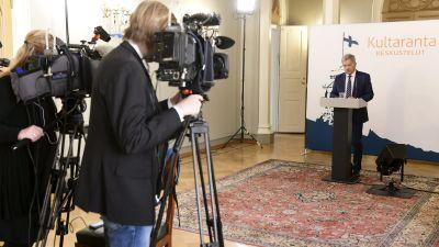 Sauli Niinistö i Presidentens slott, håller presskonferens på långt avstånd från två tv-kameror