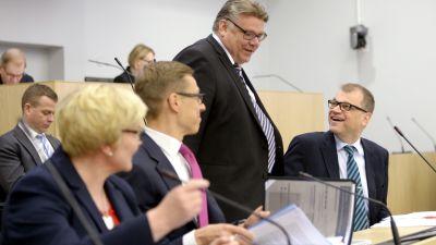 Från vänster: ministrarna Anu Vehviläinen, Alexander Stubb, Timo Soini och Juha Sipilä i riksdagen den 2 juni 2015.