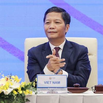 Två vietnamesiska män sitter vid ett bord och klappar. Vietnams premiärminister Nguyen Xuan Phuc (vänster) och handels- och industriminister Tran Tuan Anh i en virtuell signeringsceremoni.