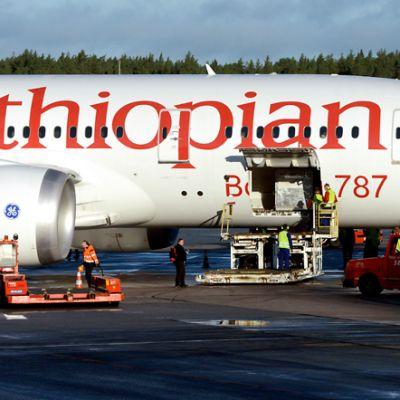 Ethiopian Airlinesin Dreamliner 787 -mallin kone Arlandan lentokentällä.