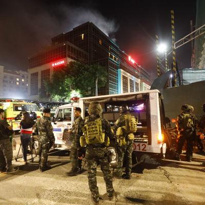 Polis och räddningsarbetare kallades in för att bekämpa en brand i hotellet The Resorts World Manila. Branden orsakades av en beväpnad man som stormade hotellets kasino
