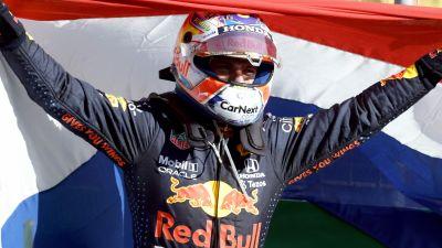 Max Verstappen firar segern.