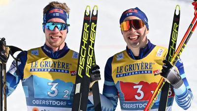 Joni Mäki och Ristomatti Hakola firar VM-silvret i lagsprint.