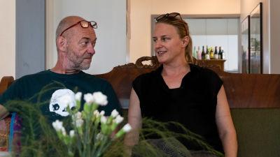 En man och en kvinna ser på varandra.