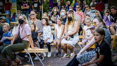 Familjer som sitter i publiken under Konstens natt i Åbo.