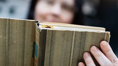 Väitöskirjatutkija Anna Kajander selailee lempikirjansa sivuja.