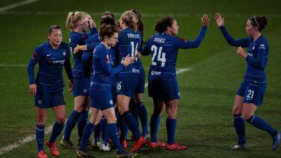 Chelseaspelare firar mål i grupp.
