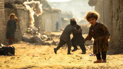 Kuja, jossa neljä resuisiin vaatteisiin puettua lasta.